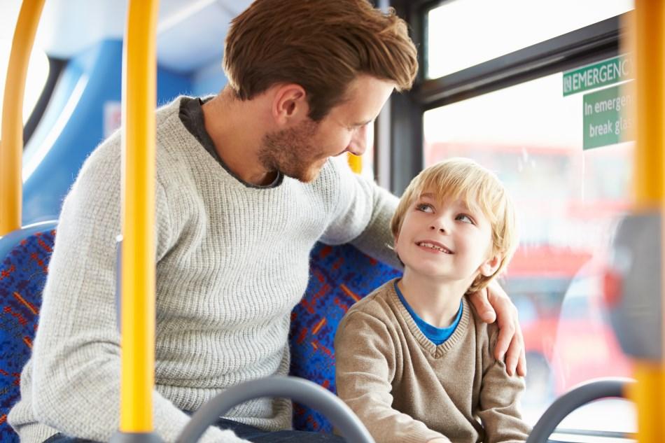 Šeima keliauja autobusu