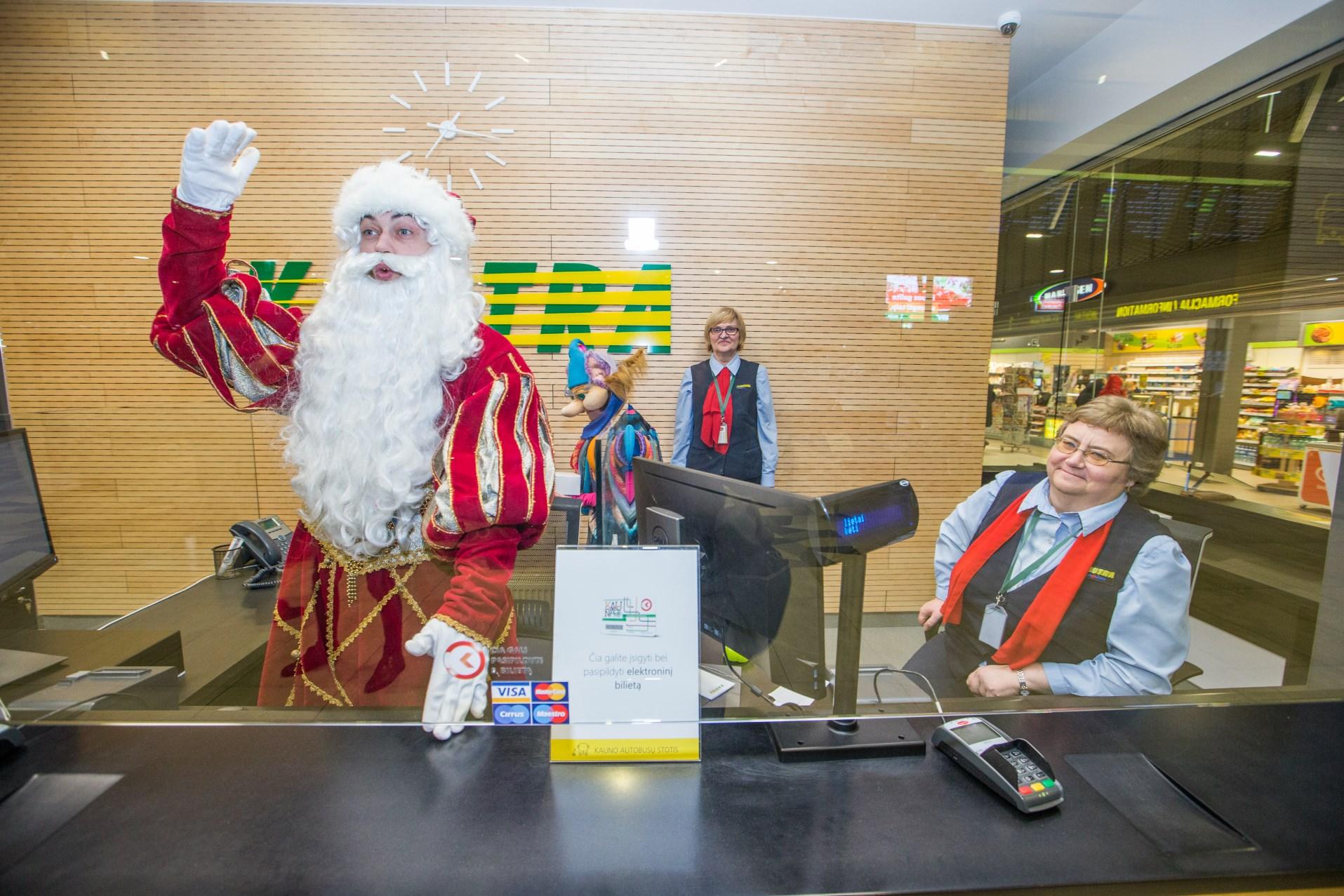 Kalėdų senis Kauno autobusų stotyje